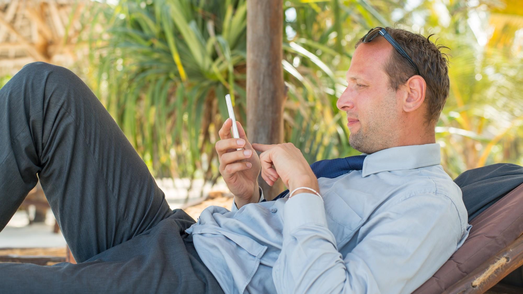 סקר אינטרנטי מתאים לכל מקום ולכל זמן. בניגוד לתזמון של הסוקר בטלפון.