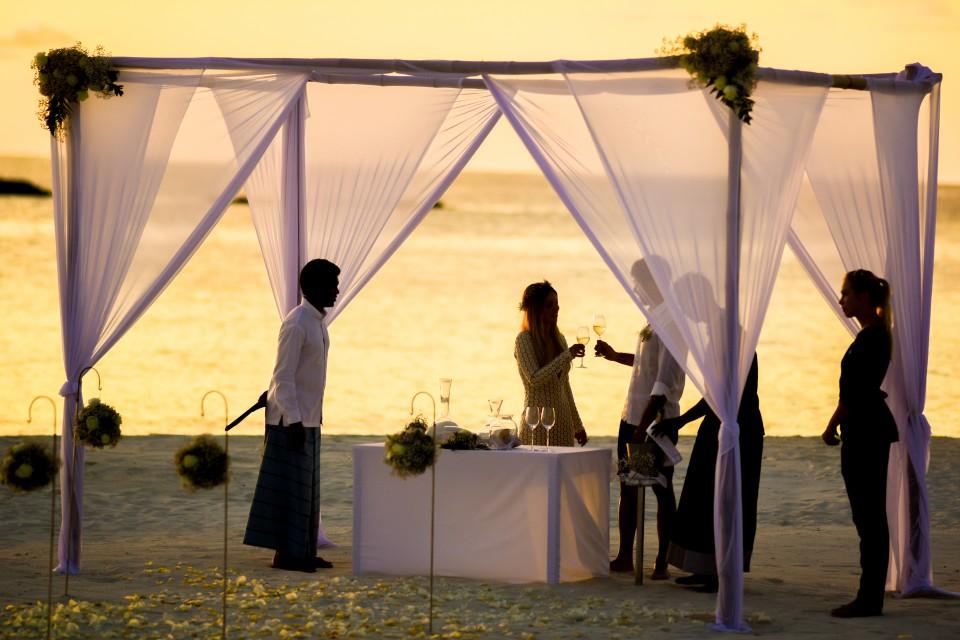 יש הסכמה במגזר הדתי לאפשר נישואים אזרחיים. חתונה ליד הים.